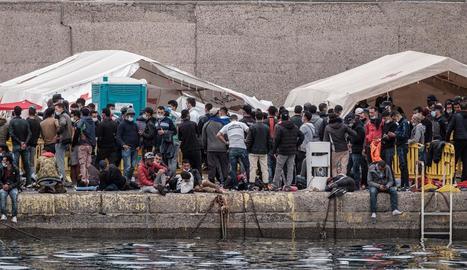 Molts migrants es troben des de fa dies amuntegats al moll d'Arguineguín.