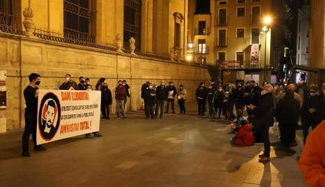 Desenes de persones van acudir a l'acte de protesta.