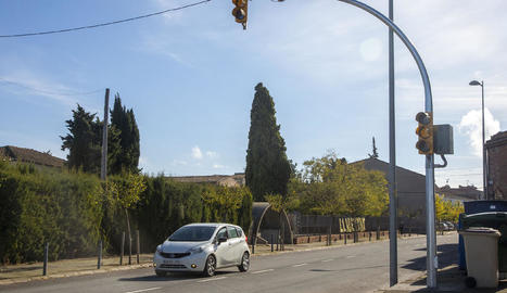 Imatge del semàfor instal·lat davant de l'escola.
