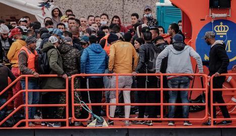 Un grup d'emigrants rescatats, el cap de setmana a Arguineguín, a l'illa de Gran Canària.