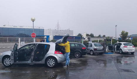 Conductors ahir en un rentador de cotxes a Golmés.