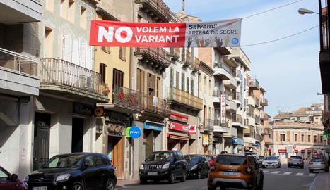 Imatge de la pancarta contra la construcció de la segona variant d'Artesa de Segre.