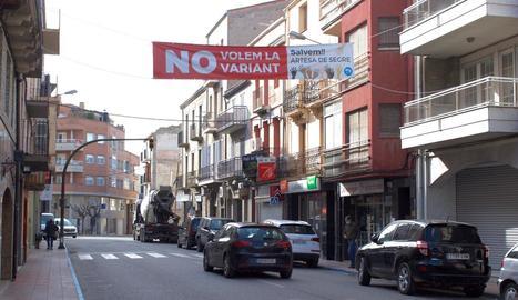 Una pancarta de protesta al centre de la població.
