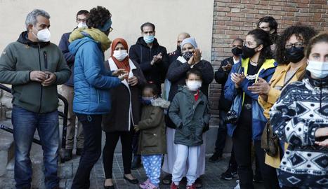 Família i membres de la PAH celebren la suspensió del desnonament.