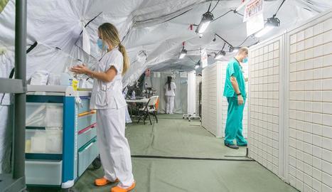 L'Hospital Clínic de Saragossa posa en marxa la carpa auxiliar d'urgències - L'Hospital Clínic de Saragossa va obrir ahir la carpa auxiliar d'urgències que es va instal·lar a l'aparcament a l'agost amb l'objectiu de separar pacie ...
