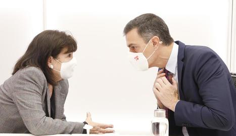 Sánchez, ahir, amb la presidenta del PSOE, Cristina Narbona, durant la reunió de la cúpula socialista.