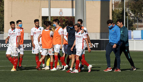 Jugadors del Lleida, diumenge a l'acabament del partit que van guanyar 1-3 a l'Espanyol B.