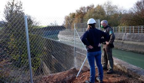 Agents Rurals i Endesa col·laboren en la instal·lació de la tanca perimetral al Canal de Gavet