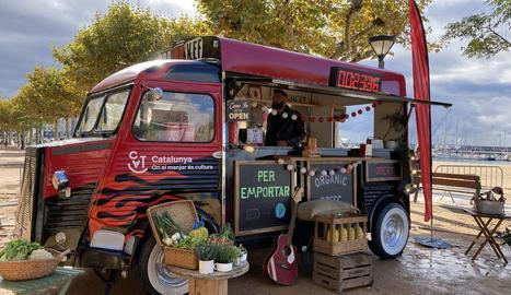 Marc Ribas, a bord de la 'food truck' amb la qual recorren Catalunya.