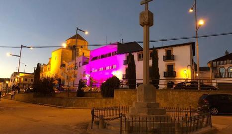 L'ajuntament de Golmés, ahir, il·luminat de violeta.