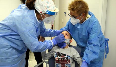 Infermeres fan un test d'antígens a un nen a Barcelona.