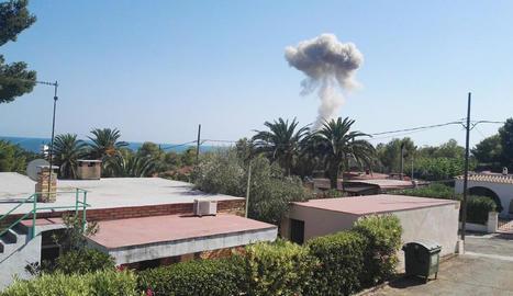 Imatge del fum de la segona explosió d'Alcanar el 2017.