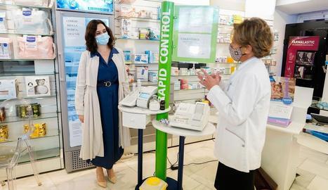 La presidenta de Madrid, Isabel Díaz Ayuso, visitava ahir una farmàcia.