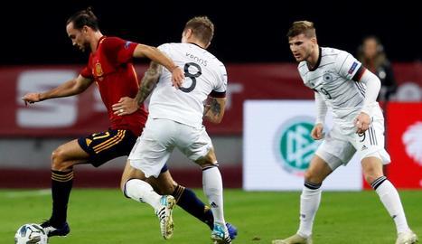 Jugadors de la selecció espanyola celebren un dels gols davant d'un abatut jugador alemany.