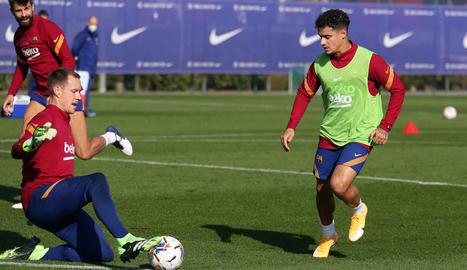Coutinho, davant del porter Ter Stegen, durant l'entrenament d'ahir.