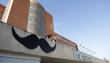 Pengen un bigoti gegant a l'Arnau per donar visibilitat a la salut masculina