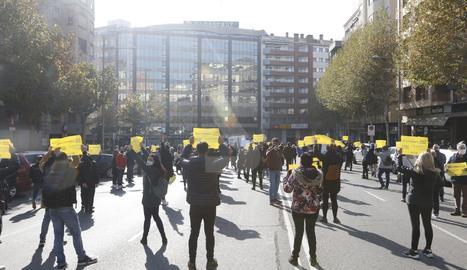 Un moment de la protesta a la rambla d'Aragó.