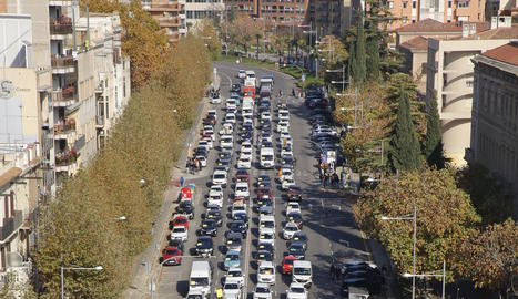 Vista dels manifestants a peu i vehicles durant la manifestació d'ahir a Lleida.