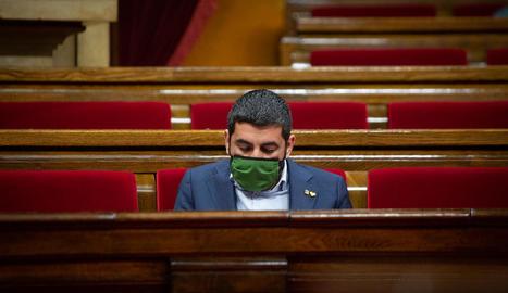 El conseller El Homrani, ahir, durant la sessió al Parlament.