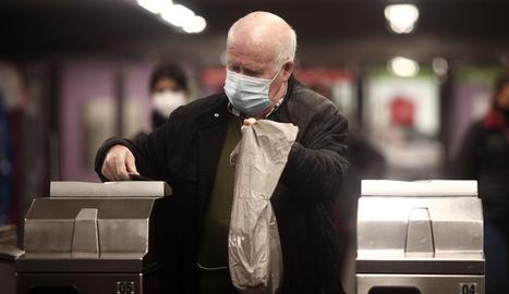Un ancià amb una mascareta quirúrgica, dimarts, a Madrid.
