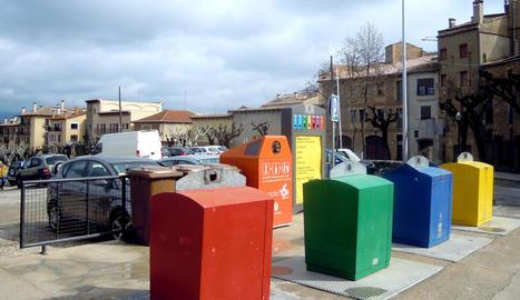 Contenidors d'escombraries al centre de Solsona.