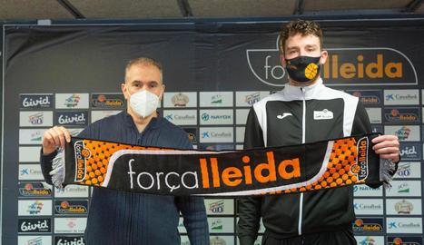 Joaquín Prado i Jordan Blount durant la presentació del jugador irlandès al Barris Nord.