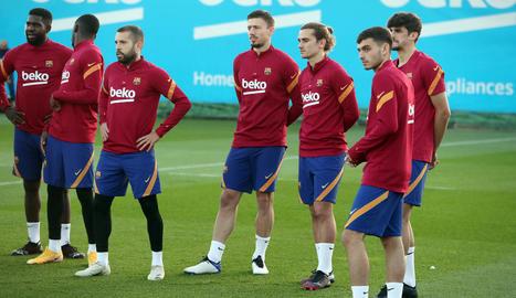 Jugadors del Barcelona, ahir durant la sessió d'entrenament de l'equip.
