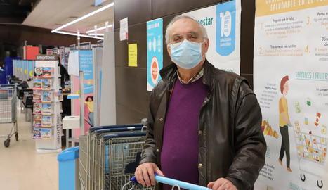 Una voluntària del Gran Recapte informa uns clients ahir al Carrefour.