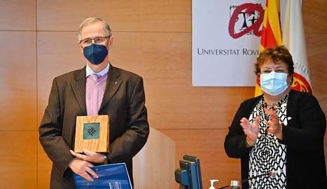 El catedràtic de Cirurgia Joan Viñas, ahir, amb la presidenta de la Xarxa Vives, María José Figueras.