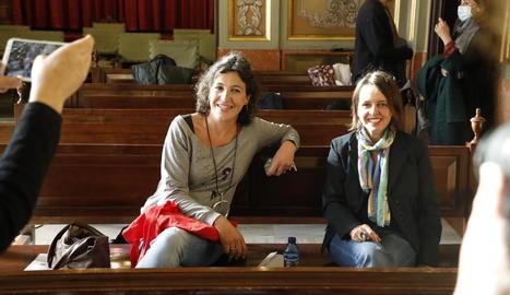 Les dos guanyadores, ahir al matí a la Paeria flanquejades pel regidor de Cultura, el director de l'IEI i els portaveus dels jurats del Vallverdú i el Màrius Torres.