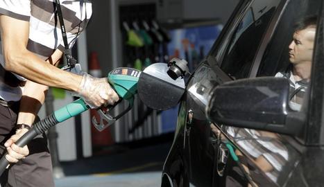 Un conductor posa gasolina en una estació de servei.