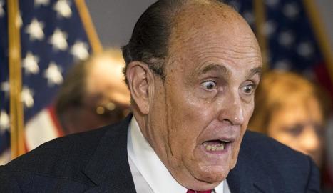 La suor va jugar una mala passada a Rudy Giuliani, advocat de Trump, i li va desfer el tint del cabell.