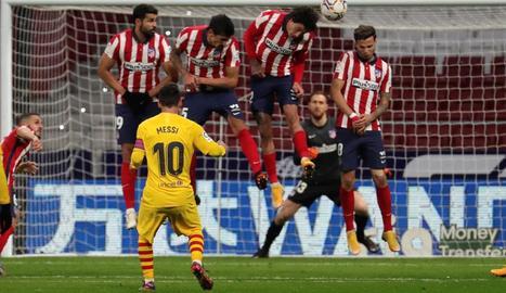 Gerard Piqué, a terra després de xocar amb Correa, va saber en un primer moment que la lesió al genoll dret era important.
