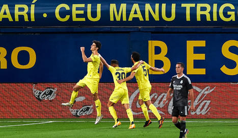 Gerard Moreno celebra amb els seus companys el gol que va marcar des del punt de penal.