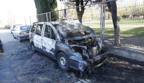 Cremen dos cotxes al carrer Boqué, al barri de la Bordeta