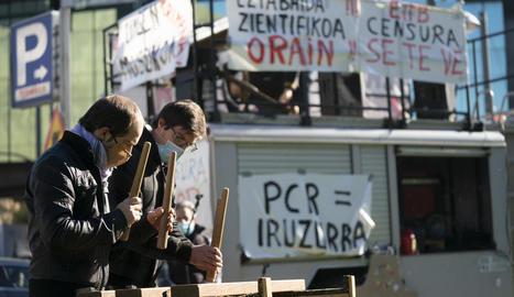 """Imatge d'una protesta convocada a Bilbao per """"abordar el tema de Covid-19 d'una altra manera""""."""