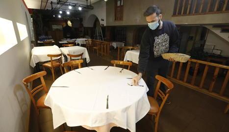 Un cuiner prepara una ració de calçots per emportar ahir al restaurant Casa Tere.