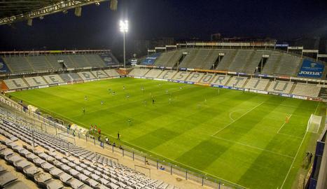 Una imatge insòlita del Camp d'Esports disputant-se un partit sense públic.