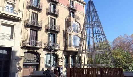 Alumnes de l'IMO de Lleida fan arbres de Nadal d'alumini per ornamentar 4 places de la ciutat