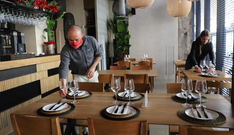 El restaurant Presseguer de Lleida, parant taules a l'interior del local.