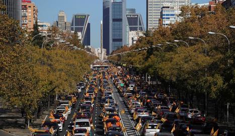 Vista general de la manifestació amb vehicles al passeig de la Castellana contra la llei d'Educació.