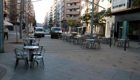 Els bars de Lleida reprenen l'activitat però el fred fa que pocs clients optin per les terrasses