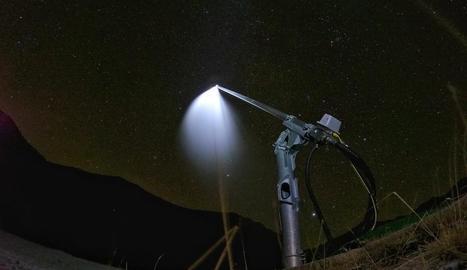 Un canó fabrica neu artificial de nit a Boí Taüll.