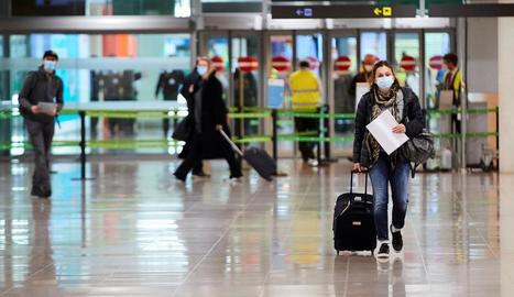 Viatgers arribant ahir al Prat, el primer dia en què s'exigia tenir una PCR negativa.