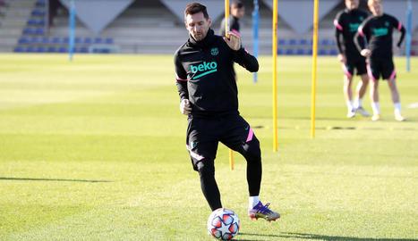 Leo Messi, durant la sessió d'entrenament del FC Barcelona a la Ciutat Esportiva.