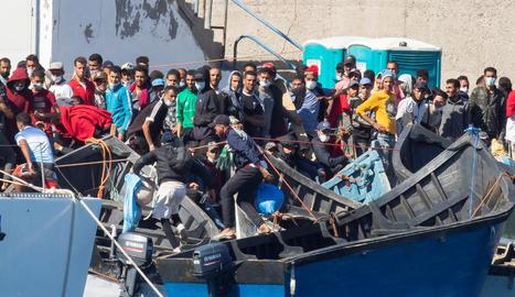 Imatge d'immigrants rescatats per Salvament Marítim, al port d'Arguineguín.