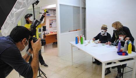 Albert Font i Jordi Escolà, prenent imatges dels usuaris per al calendari i el 'making of'.