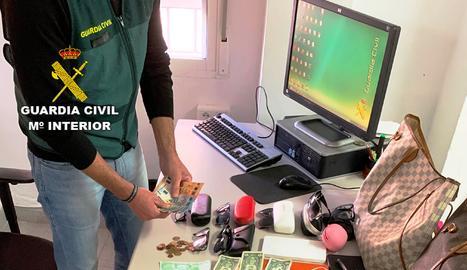 Els objectes intervinguts per la Guàrdia Civil de Vinaròs al detinguts per furts a persones grans en diverses poblacions.