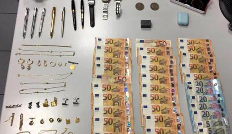 Alguns dels objectes i diners recuperats per la policia.