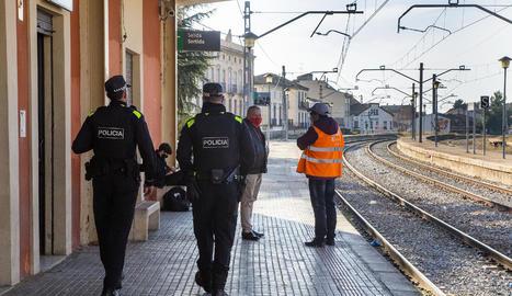 La Policia Local de Tàrrega, ahir a l'estació de trens.